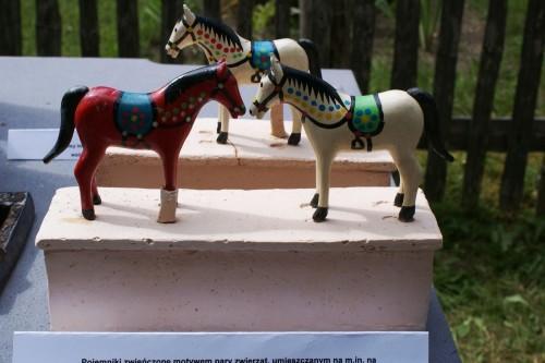 pudełko z serii ODNOWA zwieńczone parą zwierząt - motyw umieszczany na żuławskich meblach, które wykonywano z okazji ślubu jako prezent