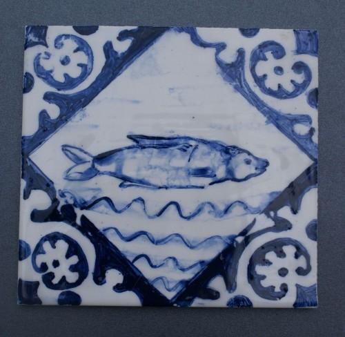 kafel z rybą, wzór z XVII w. Delft, malowany kobaltem