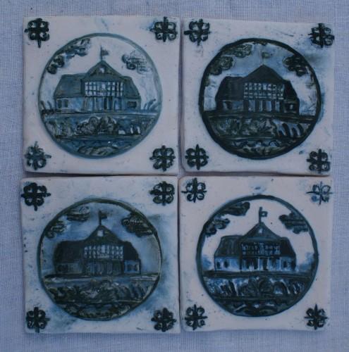 domy podcieniowe, surowa glina malowana kobaltem