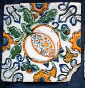 kafel z owocem granatu, wzór z poł. XVII Muzeum Narodowe w Gdańsku