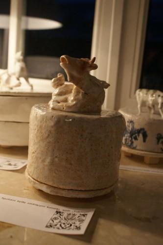 """Naczynie do przechowywania sera zwieńczone """"falbedierem"""" bajkowym zwierzęciem często umieszczanym na holenderskich kaflach"""