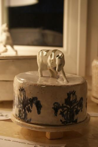 naczynie na ser, porcelanowe figurki bydła często ozdabiały holenderskie domy, wzór TULPTEGEL XVII w. Delft